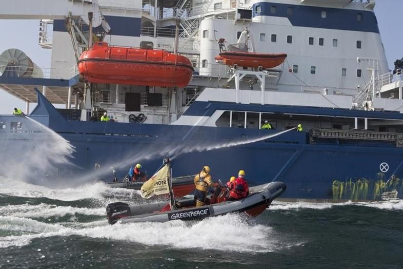 Активисты Greenpeace предотвращают загрязнение океана нефтью. Автор24 — интернет-биржа студенческих работ